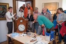 Paul Kostial M.A., Museumsrestaurator auf Schloss Homburg, demonstriert sein Können beispielhaft anhand einer Uhrenrestaurierung © Rainer Hackenberg